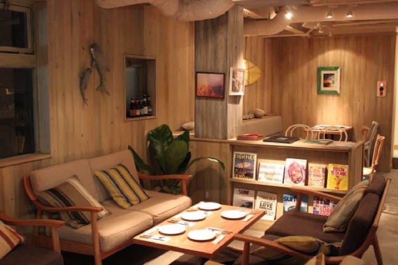 2階にはソファ席が。まるで海の家みたい