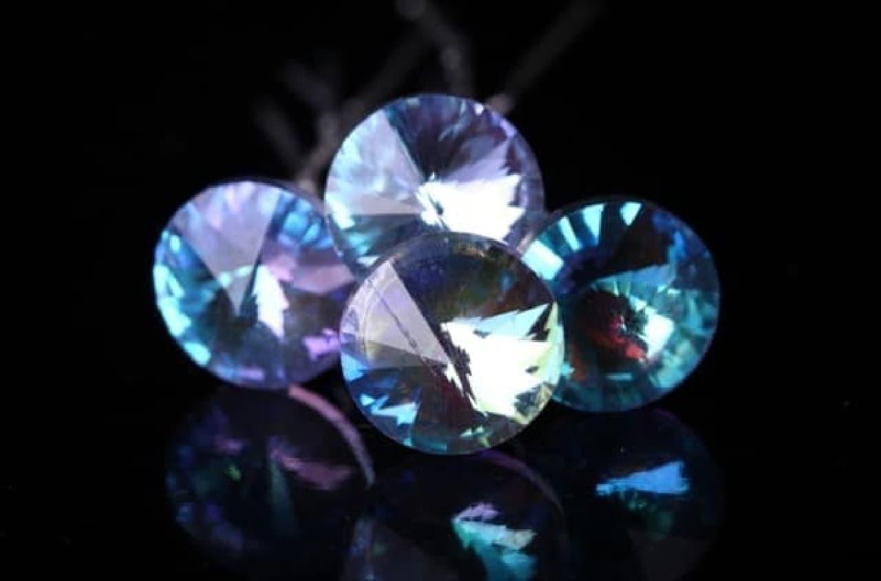シェイクの中に光り輝くのは、ブルークリスタルの指輪