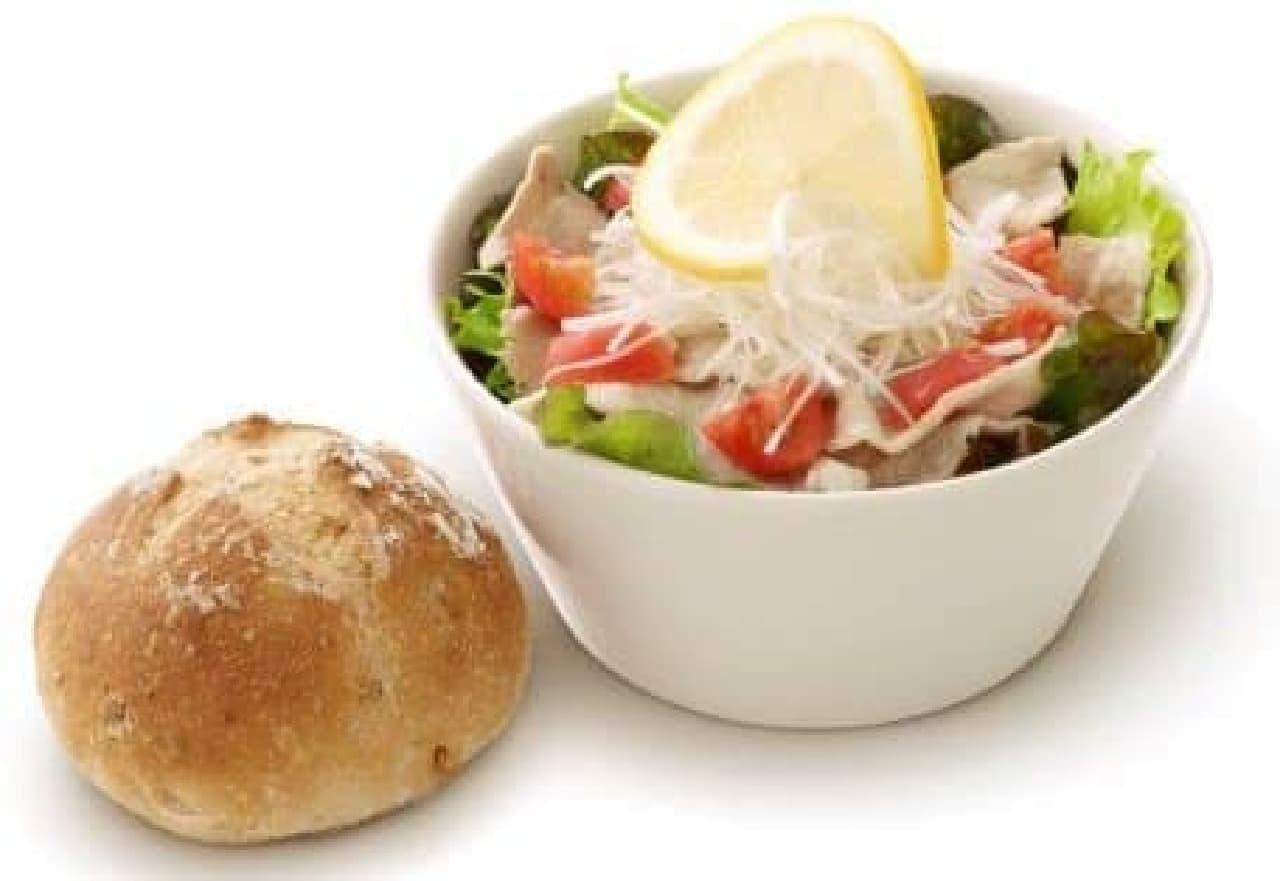 しっかり野菜が食べられる!  具だくさんサラダとパンのセット