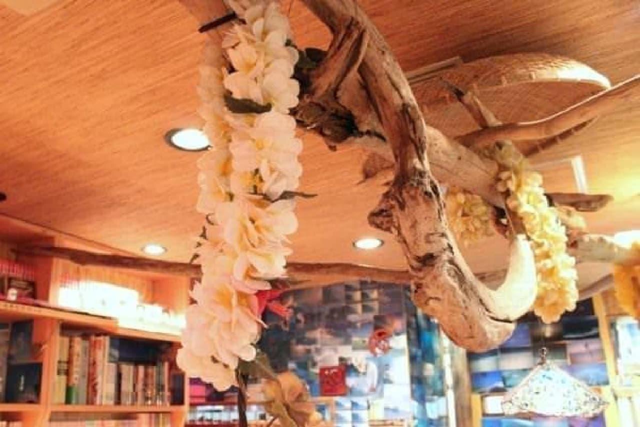天井からは、お花のレイが