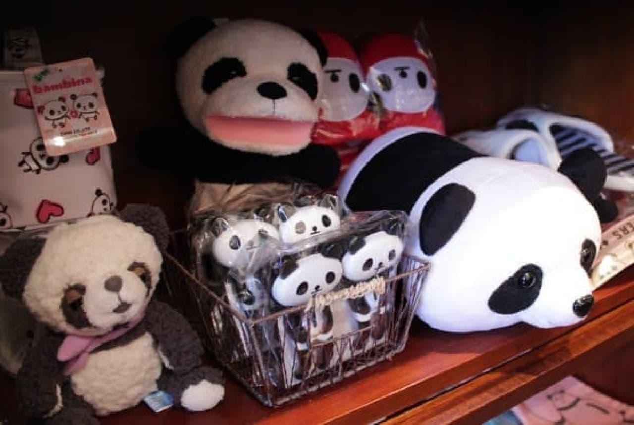 パンダ雑貨がぎっしりと並べられています!
