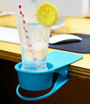 テーブルに取り付けられた Portable Drink Klip  どんだけカップフォルダーが好きなんでしょうか!