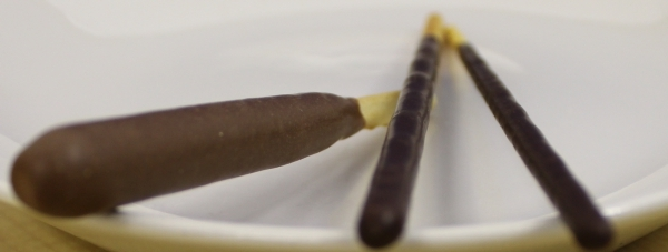 左から「ぽってりショコラ」、通常の「ポッキー」、「ポッキー〈極細〉」  「ダイエット前」「ダイエット中」「ダイエット終了後」とも表現できそうです