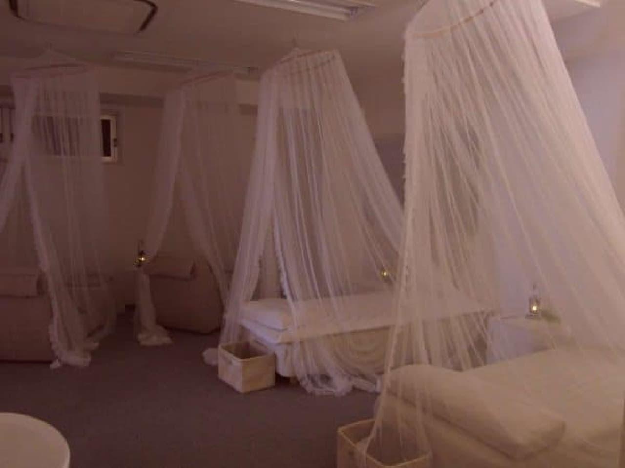 おひるねルームには、ベッドが2台とソファが4台ある