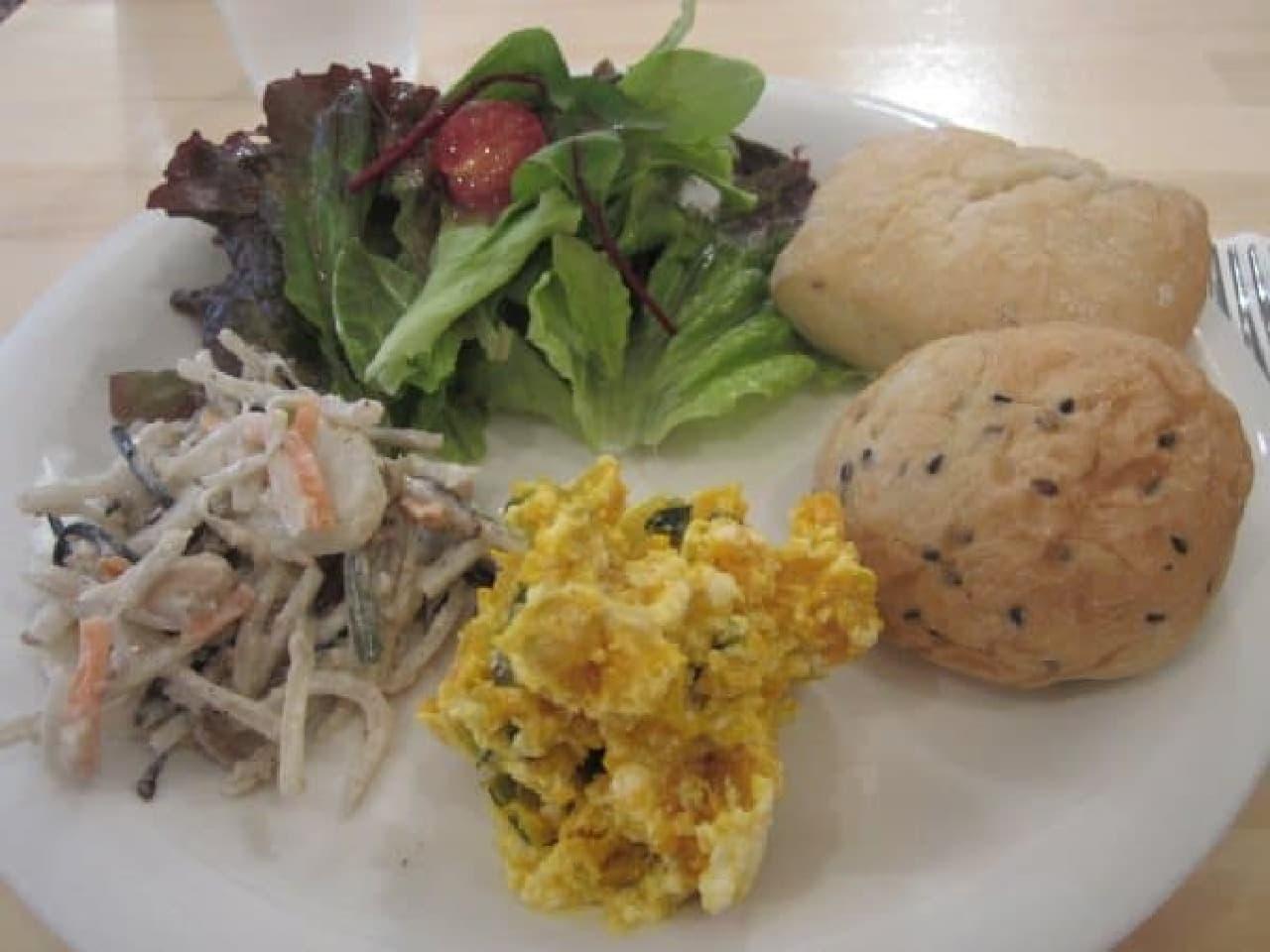 温かいパンや新鮮な野菜の味を楽しめる
