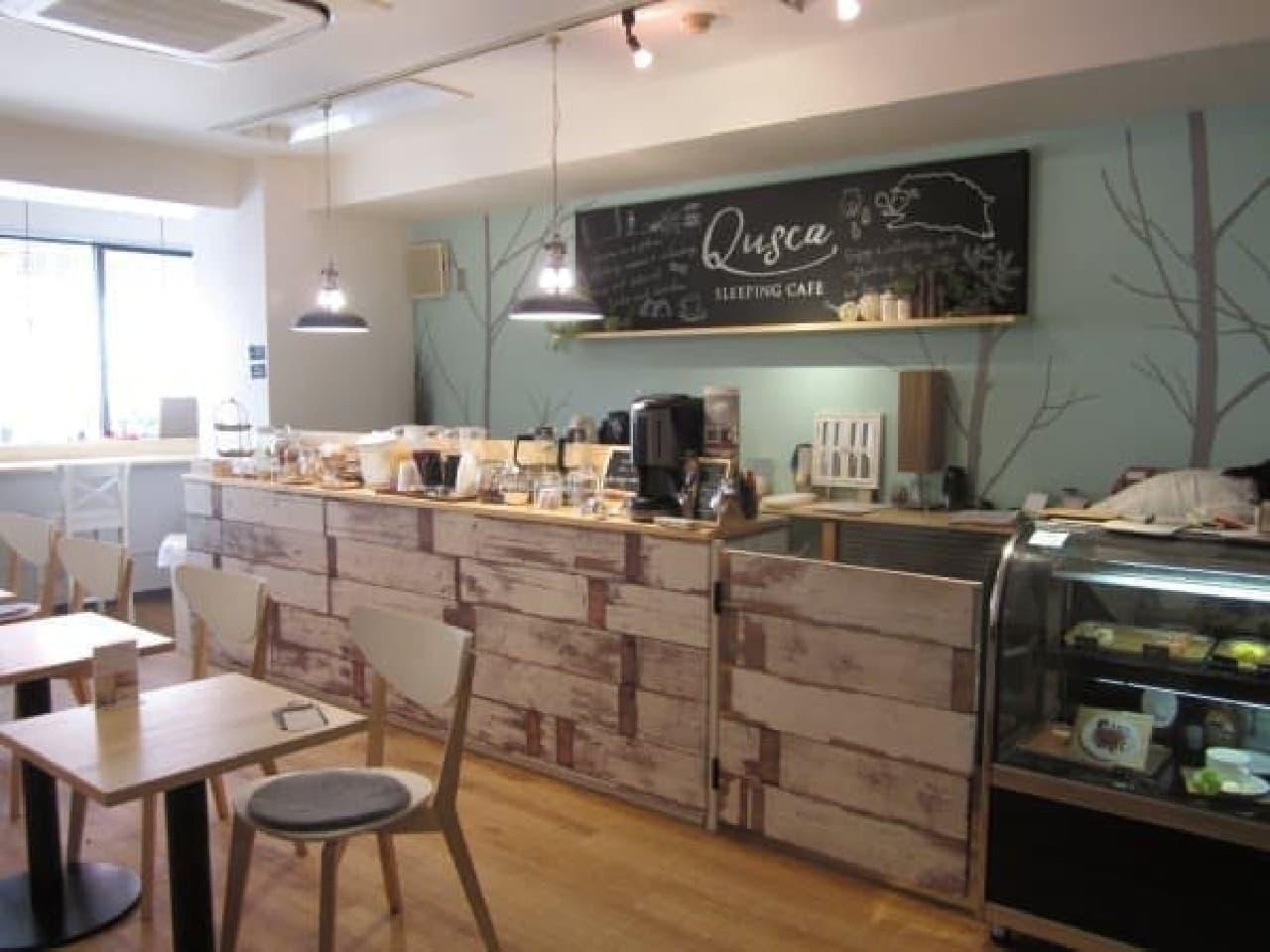 明るく開放的な併設のカフェ