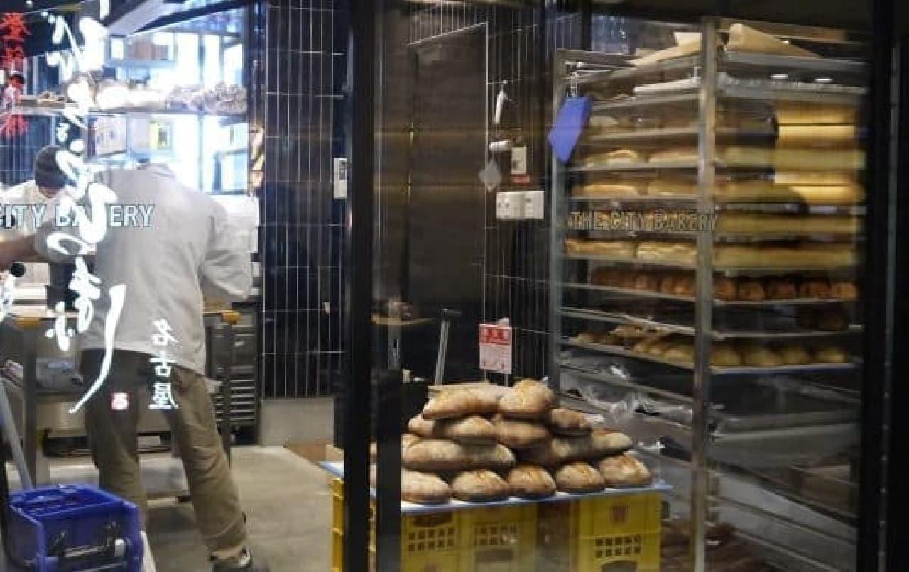 店内でつくった焼きたてパンを、