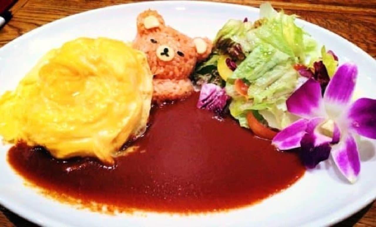 たまごの布団でお昼寝…?  (画像:Enjoy! BASEMENT DINING 公式 Facebook ページ)