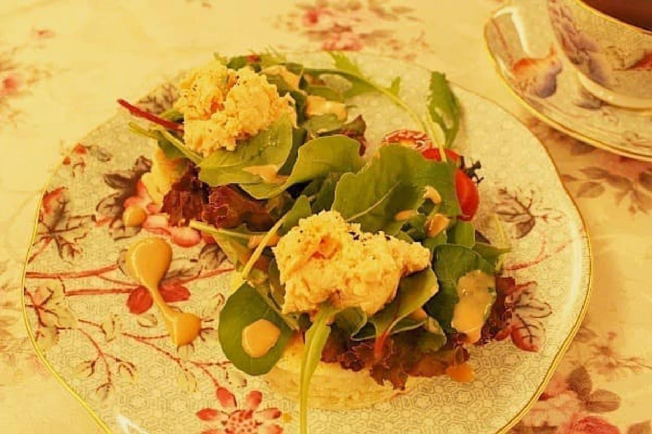 サーモンやチーズ、野菜などをのせた軽食タイプのクランペットもオススメ!