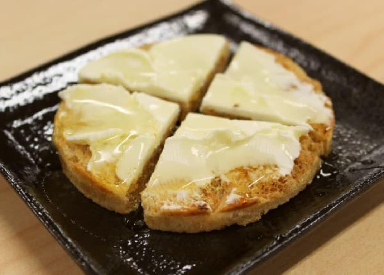 クリームチーズをたっぷり広げて、はちみつをとろ~り