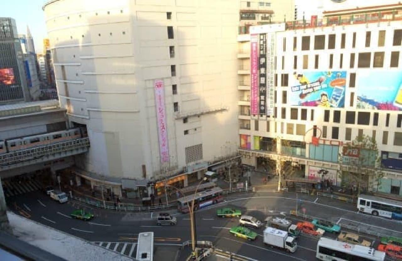 窓際の席からは渋谷駅を一望