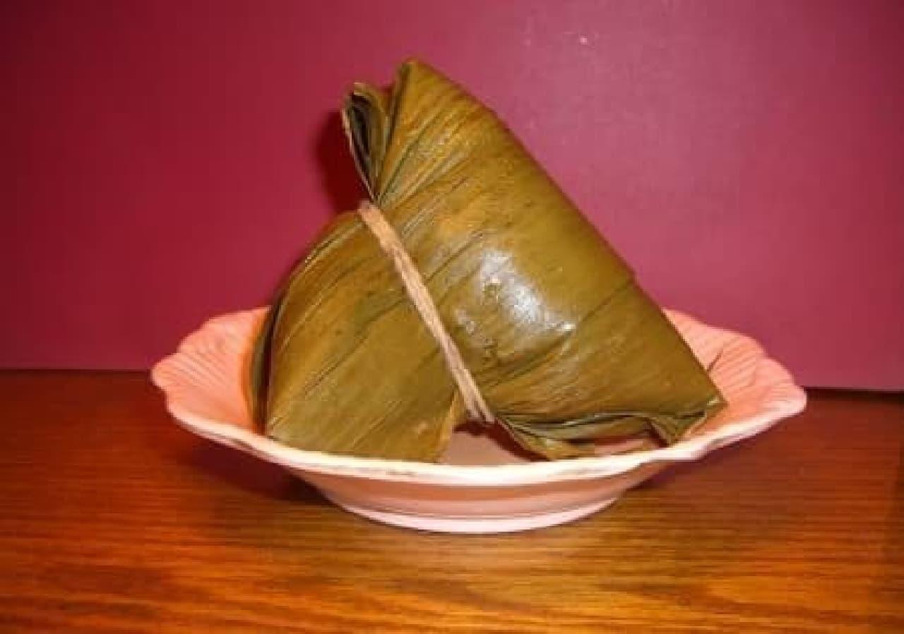 中国の伝統料理「ちまき」。確かに似てる!  (出典:Wikipedia/Miuki)