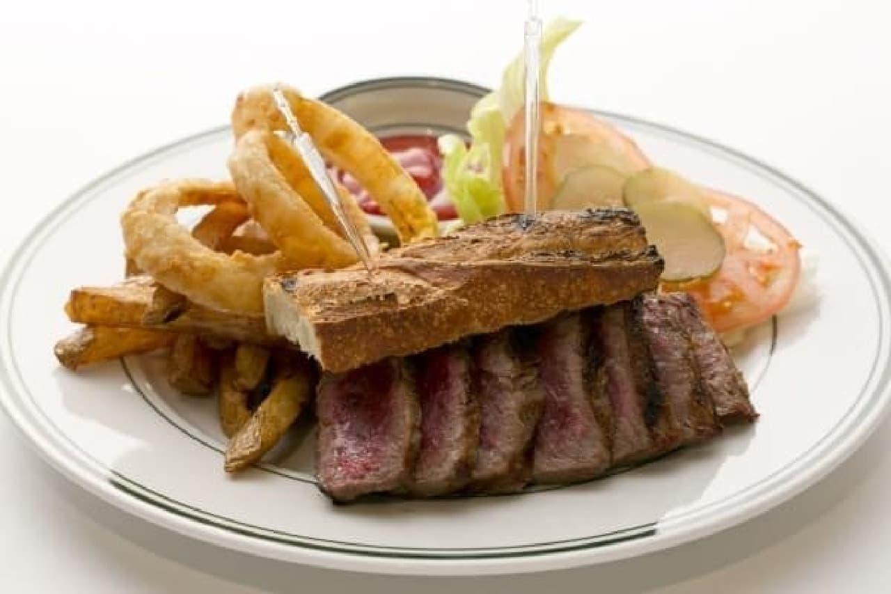贅沢な一品「ステーキサンドウィッチ」