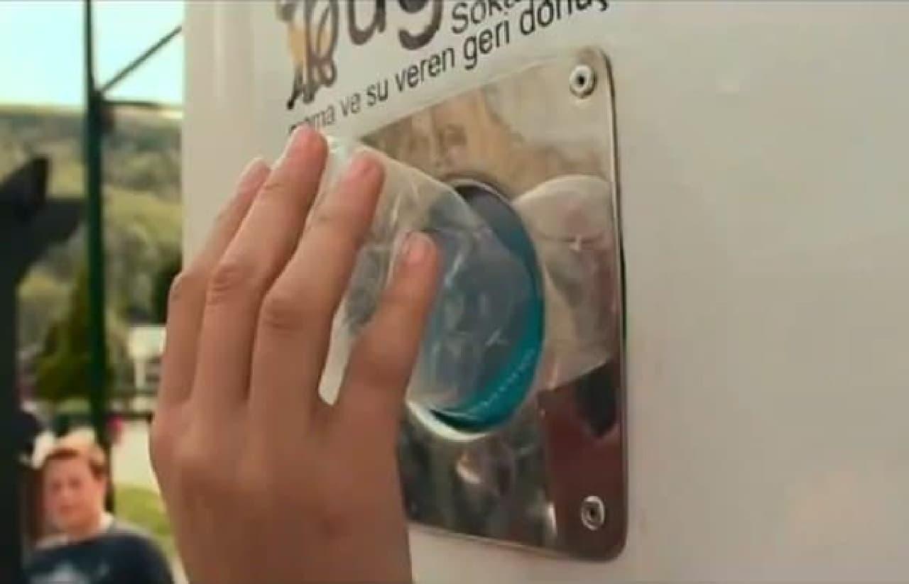 リサイクルボックスにペットボトルを入れると