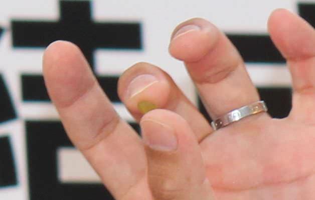 杉村さんの結婚指輪と比較してもその小ささがわかるだろう