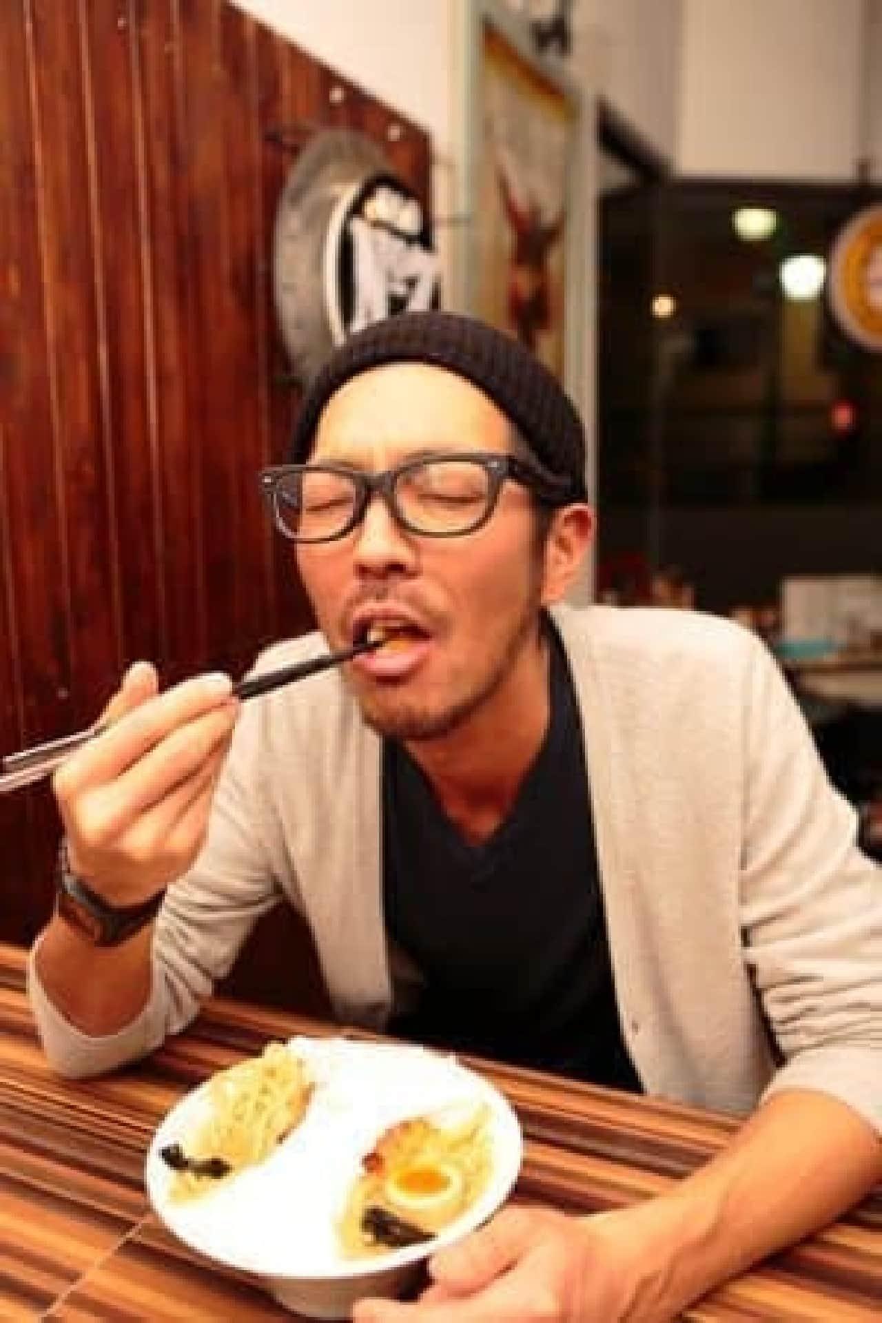 「変態仮麺」を食べる店長。いい表情だ…