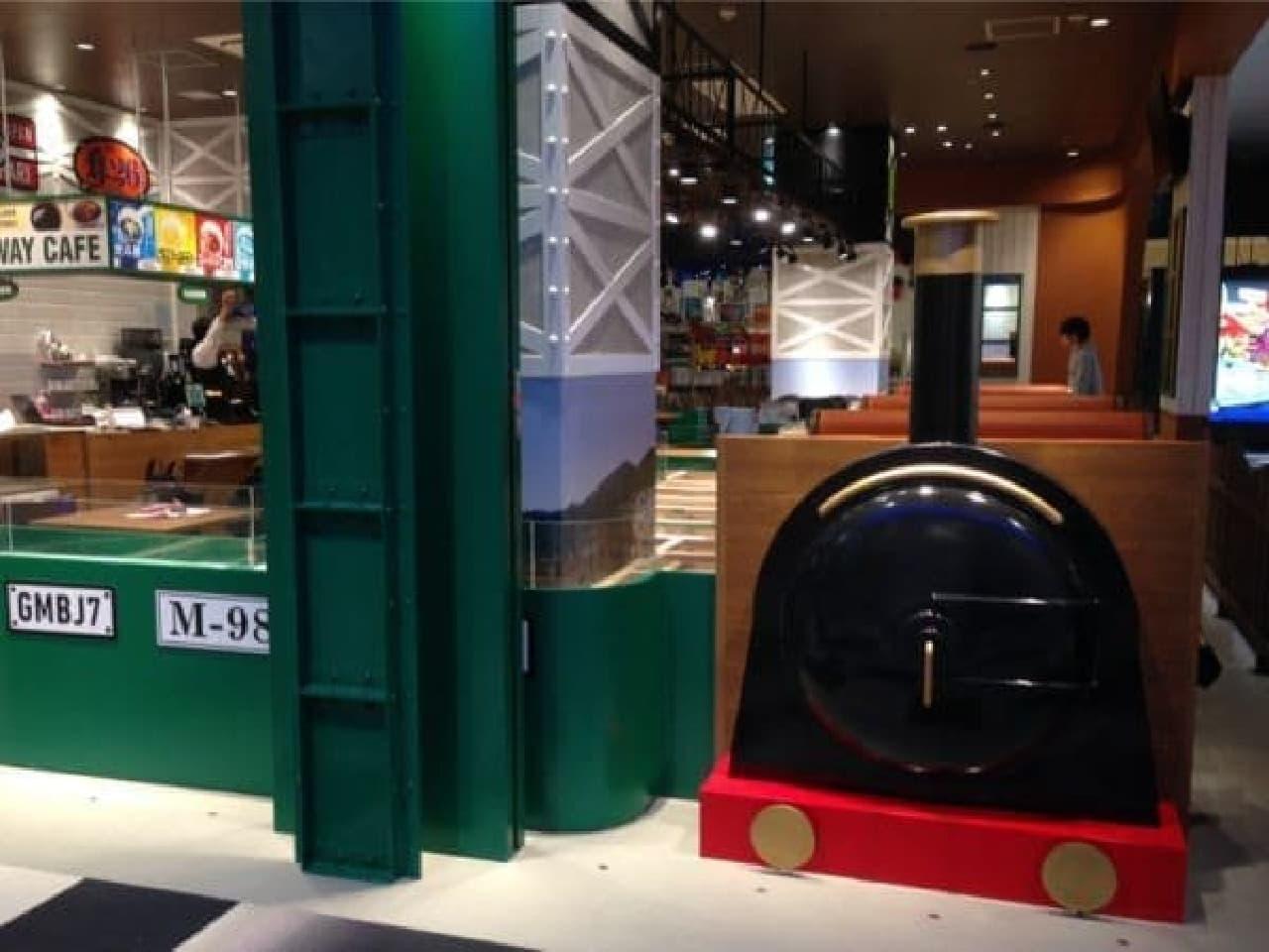 鉄道のオブジェがお出迎え!