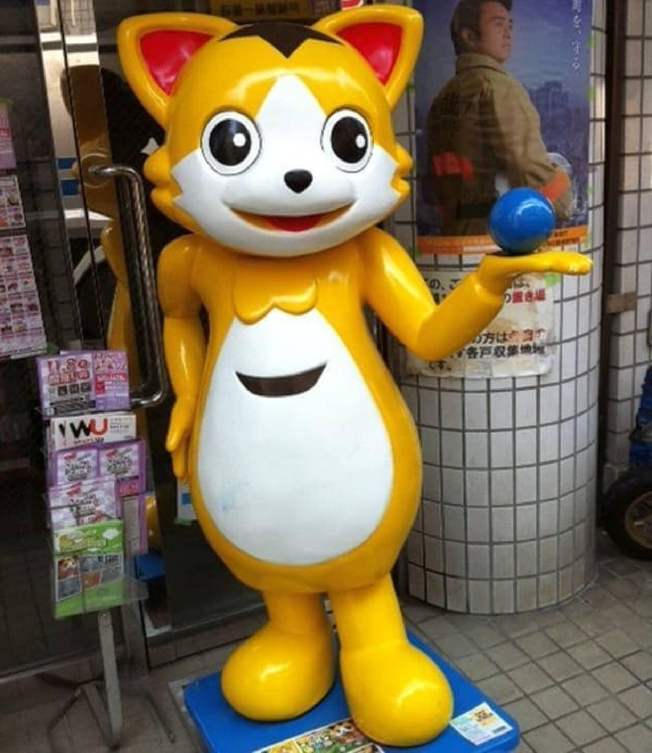 商店街をそっと見守る「銀ちゃん」  左手の青いボールを触ると、健康運がアップするとか...?