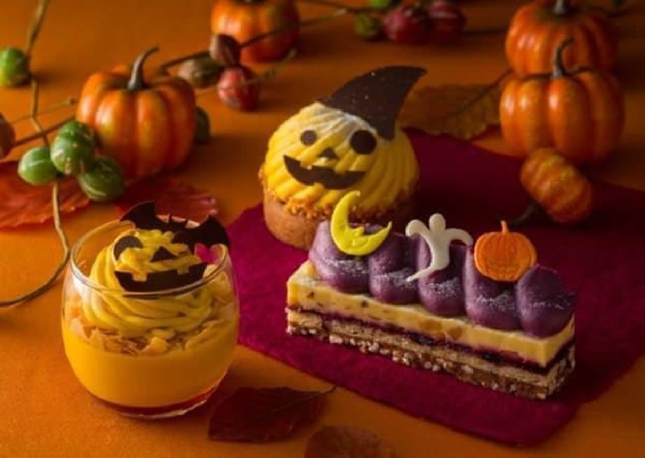 可愛らしいデコレーションで、子どもも喜びそう!  (写真左から「かぼちゃのプリン」「タルト・ポティロン」「紫芋のモンブラン」)