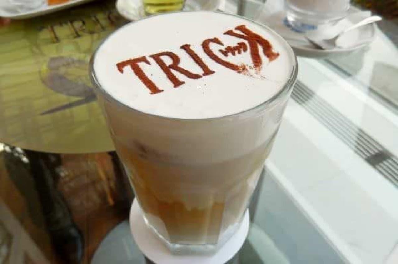 泡の上にはココアパウダーで「TRICK」の文字が