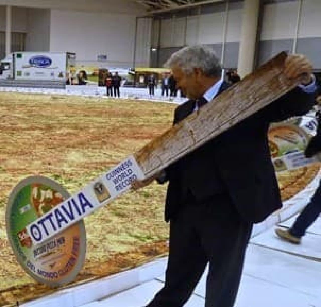 ピザが巨大なので、カットするのは大変!