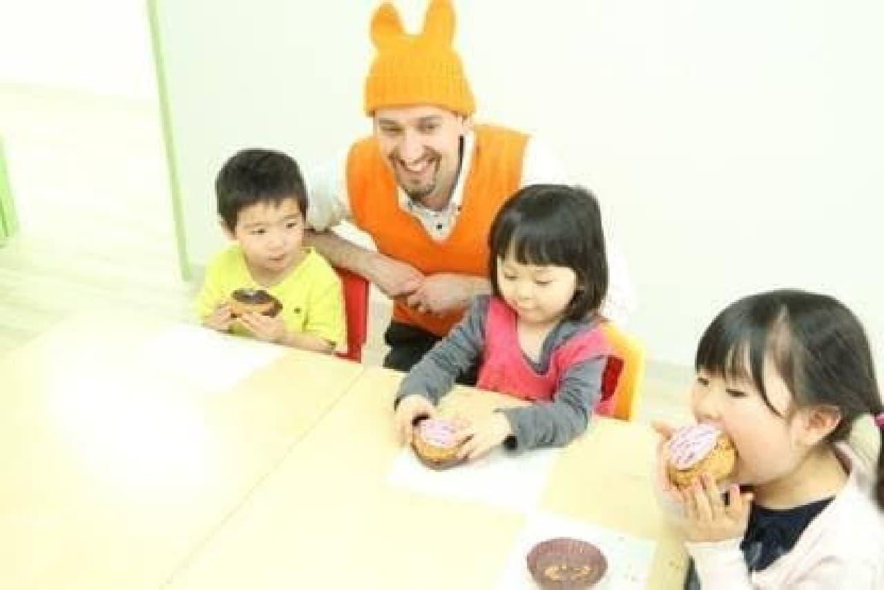 シュークリームは子どもたちにも大人気  (写真は保育園訪問時)