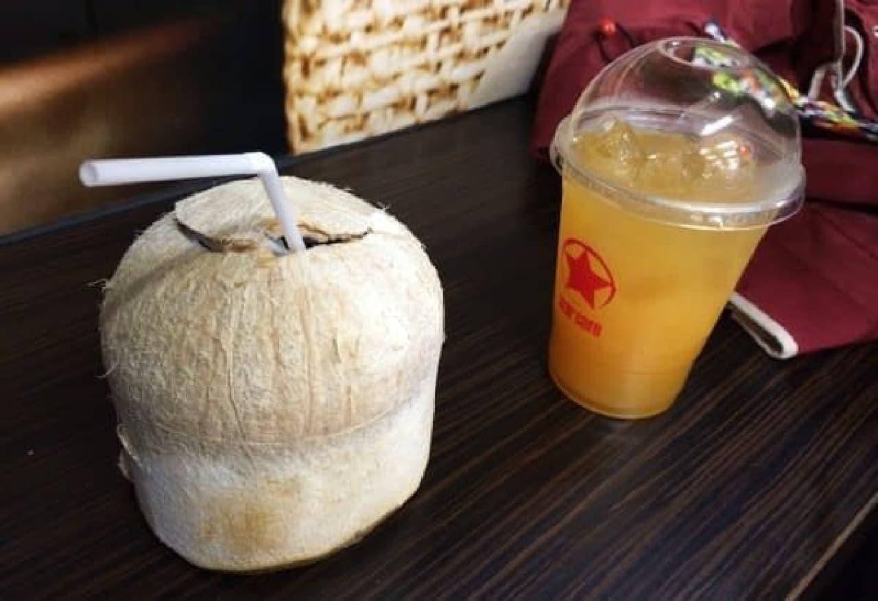 おまけ:空港で飲んだココナッツとオレンジジュース  次はどこへ行こうかな?