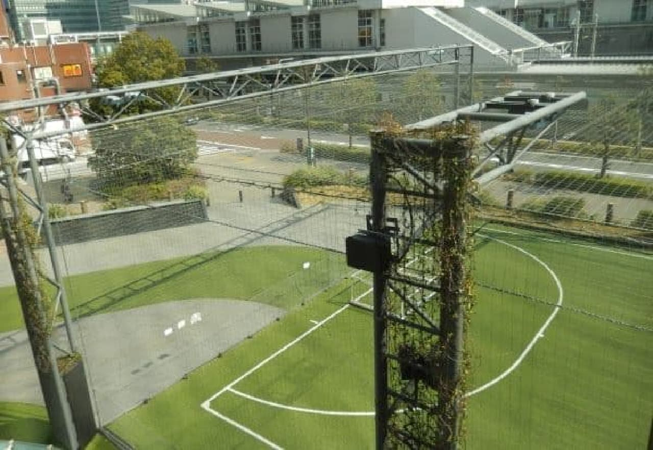 窓からはフットサルコートや大崎駅が見える
