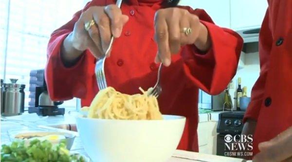 茹でた麺をスープに入れる(出典:CBS News)