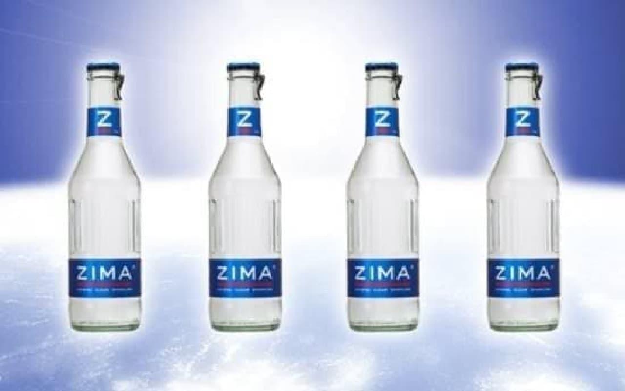 水の中で ZIMA を飲んでいるような不思議体験を!  (出典:ZIMA 公式 Facebook)