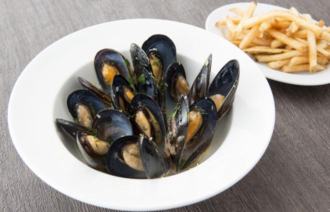 ムール貝の白ワイン蒸とフレンチフライ