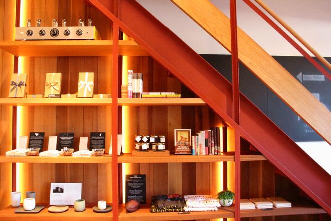 階段下の商品棚|ダンデライオンチョコレート(蔵前)