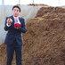 馬ふん堆肥の製造過程を説明する船橋さん