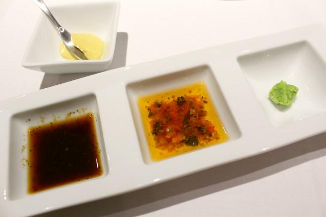 ステーキは3種の味付け(和風ソース、チミチュリソース、わさび)やマスタードで味わう