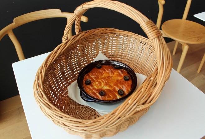 カゴで届けられるニシンとカボチャのパイ