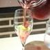 食前酒。お重の花とフルーツに、ぶどうジュースをスパークリングワインで割ったものを注ぐ