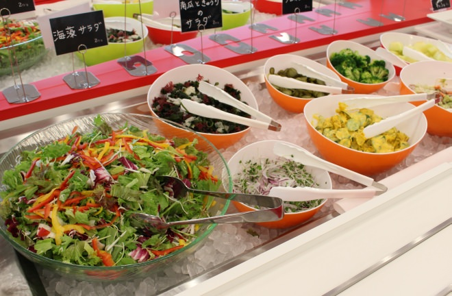 野菜がたっぷりとれる量り売りのサラダ