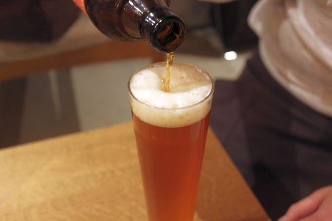 3度に分けて注いでくれるビール