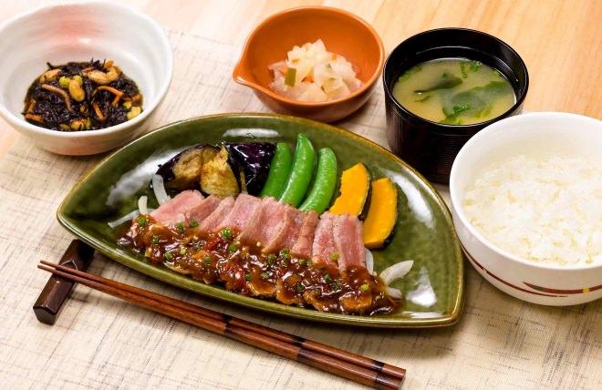 やわらか牛赤身ステーキの香味野菜ソース和膳(味噌汁・漬物・小鉢付き)