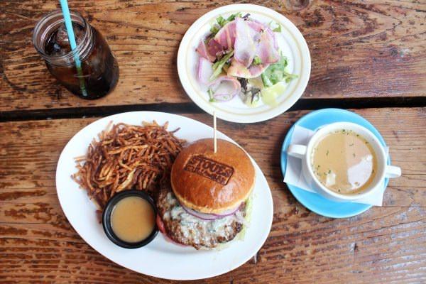 平日12時~17時のランチタイムには、プラス150円でサラダとスープ、ドリンクが付く「ランチセット」にもできる