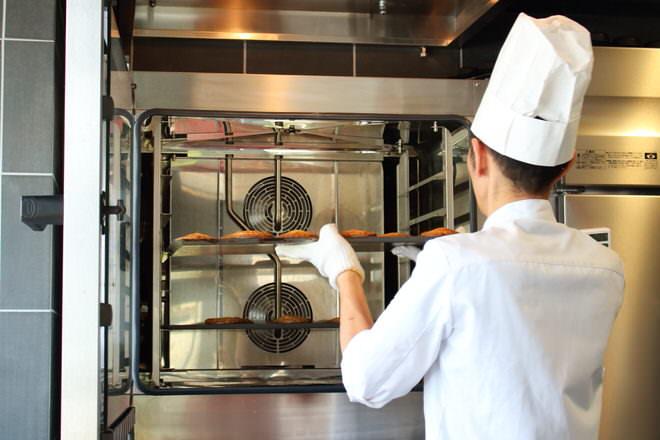 オーブンを開けたとたん、甘い香りが店内に広がる