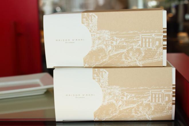 持ち帰り用の箱には、ミルモンがある、ビアリッツの風景を