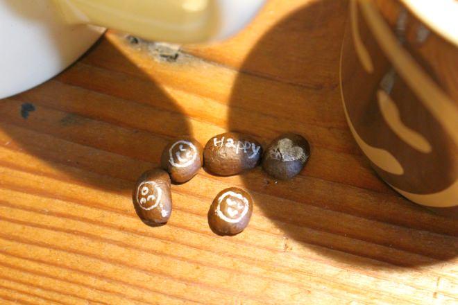 """""""フェイス""""が描かれたコーヒー豆がどこかにいるよ!探してみてね"""