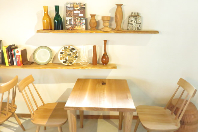 壁際のテーブル席