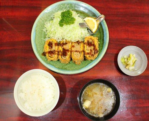 ごはん、とん汁、香の物付きの「オムレツかつ定食」(1,200円)